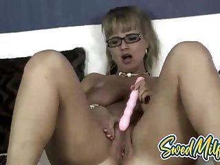 Swedish housewife plays with her old cunt online