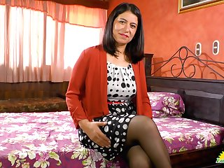 Latin mature woman Anabella is playing with her favorite sex toy
