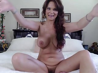 Hot mature shows off naked in a series of cam scenes