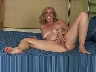 Mature pussy rubbing