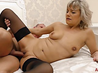 Kinky man seduces a gorgeous blonde into pleasing his cock