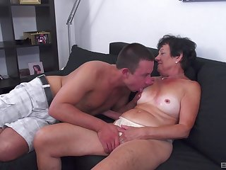 Tanned mature leaves her nephew to try her for a few rounds